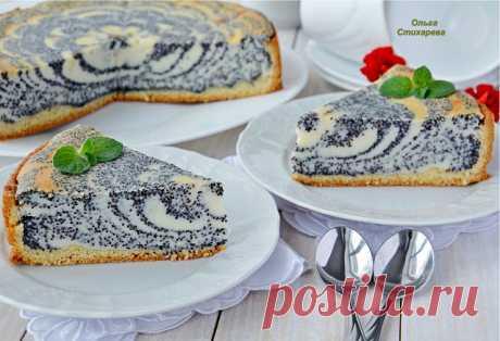 ¡Simplemente, es sabroso y es hermoso! El pastel con el requesón y la amapola.