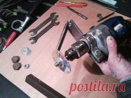 Реально полезное , самодельное приспособление для заточки свёрл , при помощи дрели.