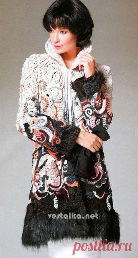Элегантное женское пальто, связанное крючком в стиле фриформ..