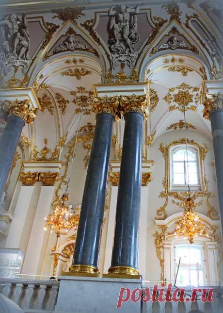 Зимний дворец. Марши Иорданской лестницы ведут к верхней площадке, на которой высятся десять колонн, изваянных из серого сердобольского гранита.