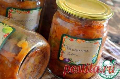 """Салат """"Фасолька""""   =Фасоль (сухая, до отваривания) — 6 стак. Морковь— 1 кг Перец сладкий— 1 кг Лук репчатый— 1 кг Помидор— 3 кг Соль— 2 ст. л. Сахар— 200 г Уксус(9 %) — 80 мл Масло растительное— 200 мл"""