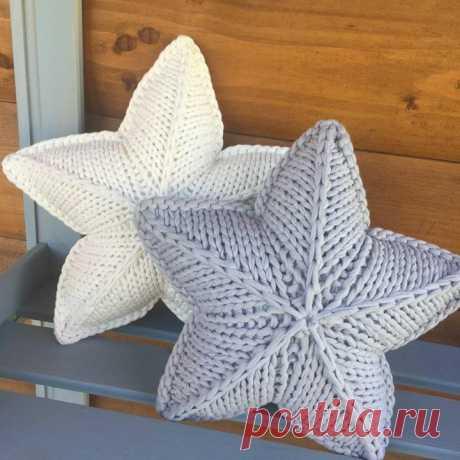 Вот такие симпатичные подушки-звёздочки можно связать. Схема вязания подушек прилагается.