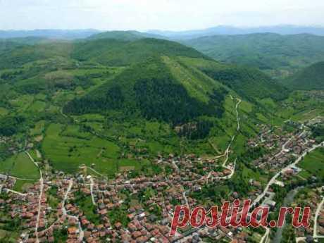Древняя пирамида в центре Европы В Боснии, в центре Европы, обнаружили пирамиду, построенную из 40-тонных блоков, которая выше пирамиды Хеопса.