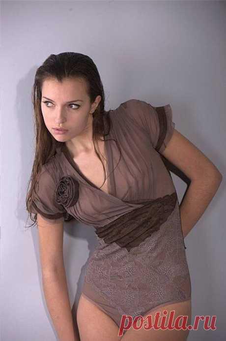 ШЬЕМ БОДИ-БЛУЗКИ! КРАСИВО, ПРАКТИЧНО, УДОБНО И ОЧЕНЬ СЕКСУАЛЬНО! ОПИСАНИЕ ПОСТРОЕНИЯ, ГОТОВЫЕ ВЫКРОЙКИ И ИДЕИ!!! Блузка – довольно популярная деталь женского гардероба.  Многообразие фасонов блузок позволяет подобрать каждой женщине ту, что идет именно ей. Строгие блузки носят, как элемент деловой одежды, а нарядные украшают модниц вне офиса.  Среди моделей блузок все больший интерес вызывает блузка-боди.  Блузка-боди – это особым образом сконструированная модель одежды, к...