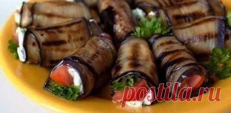 Самая модная закуска летнего сезона — Рулетики из баклажана с фетой и помидорами!