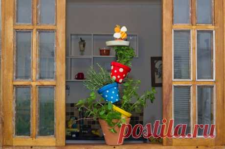 DIY vertical herb garden made of pots - Cute idea for your kitchen