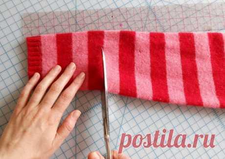 Теперь я знаю, что сделаю из старого свитера… Эта теплая вещица — просто находка! Всем любителям мастерить и создавать необычные вещи из простых материалов мы предлагаем еще одну заманчивую идею… Сшить комнатные тапочки из ненужного свитера — легко и просто. Если ты увлекаешься рук…