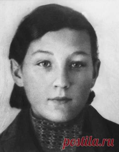 Дмитрий Бурдинов в Твиттере: «Сегодня в далеком 1923 году родилась Зоя Космодемьянская, Первая женщина, удостоенная звания Герой Советского Союза🌟 https://t.co/mHUbpFUy0i»