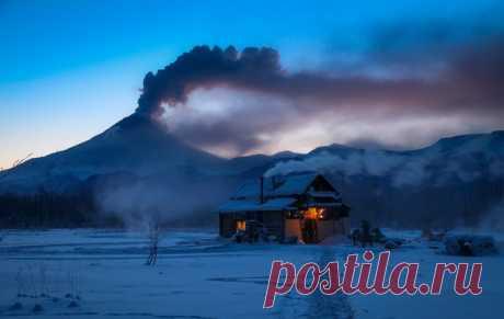 Рассвет. Извергающийся вулкан Кизимен. Автор фото — Геннадий Волынец: nat-geo.ru/photo/user/302629/
