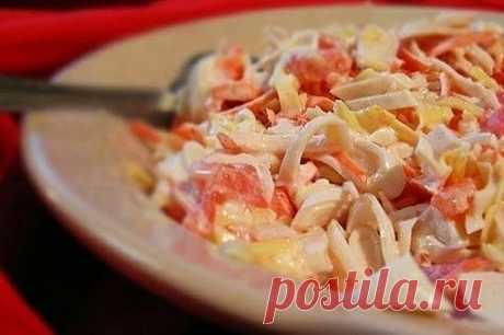 Салат с кальмарами, сыром и помидорами  ИНГРЕДИЕНТЫ: 300 г кальмаров 200 г сыра 2 помидора 1 зубчик чеснока майонез  ПРИГОТОВЛЕНИЕ: 1 Очищенные кальмары отварить 1-2 минуты в подсоленной воде, после чего нарезать соломкой. 2 Помидоры промыть и также как и кальмаров, нарезать соломкой. 3 Через чесночницу пропустить очищенный чеснок, крупно потереть сыр. 4 Сложить в миску все ингредиенты, заправить их майонезом и перемешать.