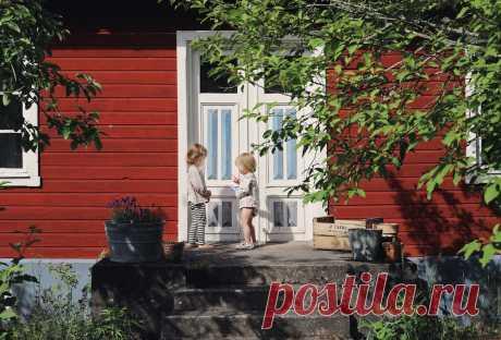 Как шведский блогер оформила летний домик — INMYROOM Заглянули вдомик собстановкой, стилизованной под сороковые-пятидесятые годы, иподсмотрели приемы для обустройства загородного коттеджа или дачи. Свежие идеи дизайна интерьеров, декора, архитектуры на INMYROOM.