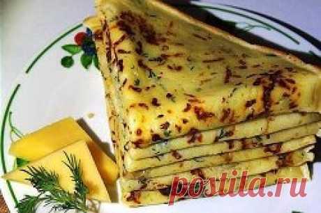 Сырные блины – это один из самых простых и в то же время популярных рецептов среди всех любителей данного блюда.  Ингредиенты:  молоко — 1,5 стакана  яйцо — 2 шт.  мука — 1 стакан  сыр — 150 гр.  соль — 1 ч. л.  сахар — 1 ч. л.  разрыхлитель — 1 ч. л.  растительное масло — 2 ст. л.  укроп — по вкусу.  Приготовление:  Смешать теплое молоко с сахаром, солью и яйцами.  Добавить просеянную муку с разрыхлителем.  Сыр натереть на мелкой терке, добавить в жидкую массу.  Затем добавить мелко порубле