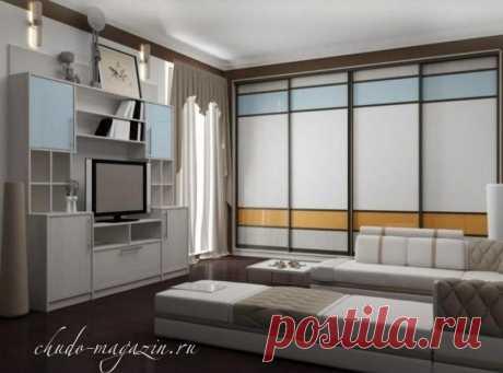 Встроенный 4-х дверный шкаф купе на заказ; фасады цветное стекло, зеркала, ротанг