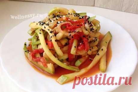 Салат из сырых кабачков по-азиатски: простой рецепт с соевым соусом Кабачки — прекрасный сезонный овощ, из которого можно приготовить массу блюд, но все рецепты, в основном, схожи в приготовлении — жареные кольцами на