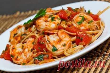 Спагетти с креветками, грибами и помидорами