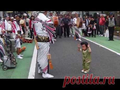 Ритмичный танец 2-летнего малыша