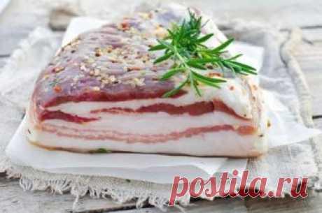 Засолка сала: 10 лучших рецептов   Сало — вкуснейшая вещь. Его подают к столу вместе с черным хлебом, используя как сытную закуску. Также сало можно добавлять в салаты и супы, дополнять им мясные блюда и гарниры.Многие солят сало дом…