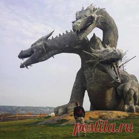 """Эта статуя Змея Горыныча, которая находится в семейном парке """"Кудыкина гора"""" в Липецкой области, вмиг оказалась известной на весь мир. Фотография, сделанная @antoxa_mor, появилась в официальном аккаунте создателей Instagram и собрала уже боле 1,3 млн лайков"""