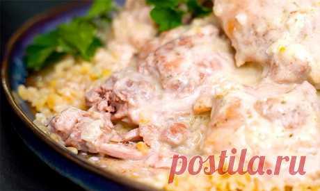 La gallina en la salsa de crema agria en la sartén