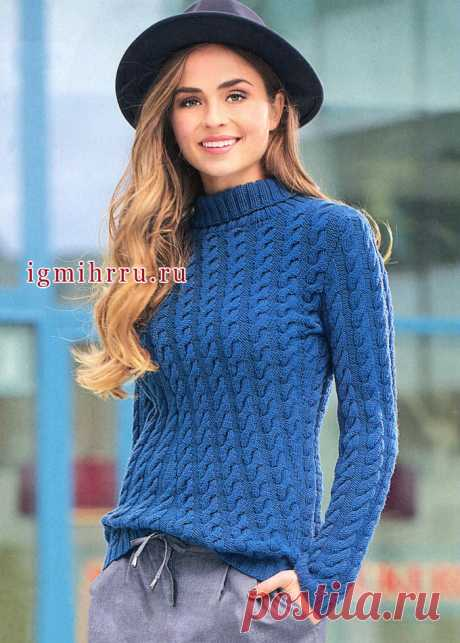 El pulóver sine-azul de lana con las trenzas inclinadas. Los rayos