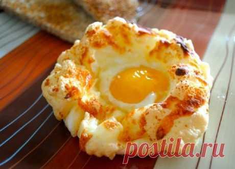"""Люблю все красивое, поэтому вместо омлета делаю на завтрак """"яичные гнезда"""". Готовятся просто, но выглядят очень изысканно"""