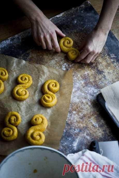 Печеньки и шафрановые булочки. Очень простое, самое вкусное песочное печенье. На вкус влияет все, начиная от качества сливочного масла.