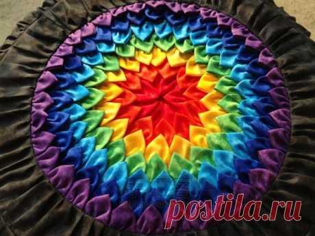 Яркая подушка или пуфик в форме цветка из лоскутов — Рукоделие