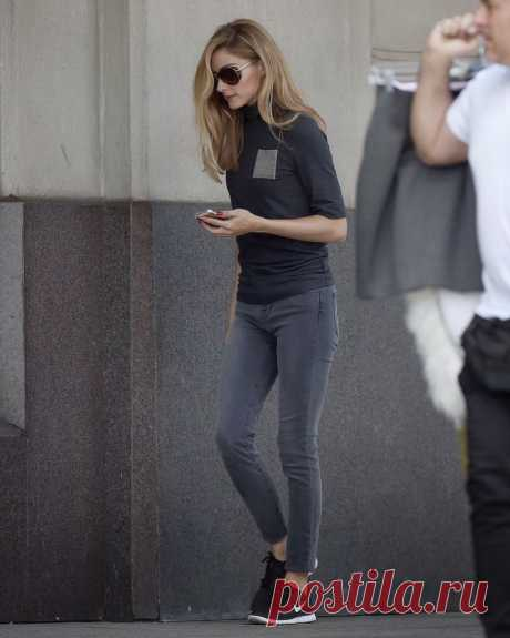 Fab Fashion Fix Olivia Palermo casual street style with skinny jeans and Nike sneakers.