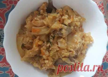 Капуста с куриными сердечками и зеленью. Ингредиенты  Куриные сердечки — 500 г. Капуста — 0,5 кочана Томатная паста — 2 ст. ложки Репчатый лук — 1 шт. Морковь — 1 шт. Кориандр — 0,5 ч. ложки Мускатный орех — 0,25 ч. ложки Лавровый лист — 1 шт. Соль, перец - по вкусу. Способ приготовления  Шаг 1 Сердечки помыть и очистить. После потушить до полуготовности. И затем переложить в посуду с толстым дном. Шаг 2 Нарезать полукольцами лук и пассеровать в той же сковоро...