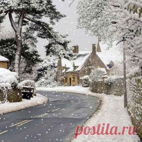 Прекрасный снежный день в Котсуолдсе, Англия.