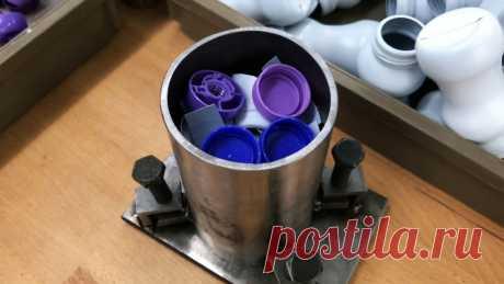 Как переплавить крышки от ПЭТ бутылок в полезный инструмент Обычная круглая киянка из дерева склонна к растрескиванию по волокнам, если ее применять не совсем по назначению. Используя пластиковые отходы, можно сделать очень красивый более долговечный инструмент.Что потребуется:труба;листовая сталь;уголок;болты М8-М10– 4 шт.;отходы HDPE;деревянная заготовка