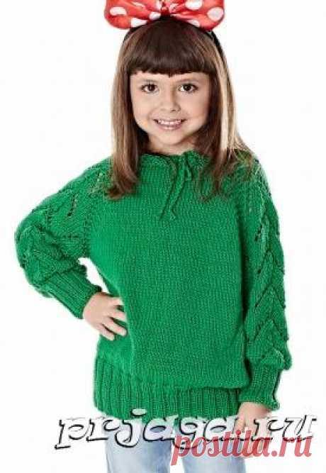 Детский свитер спицами с ажурными рукавами