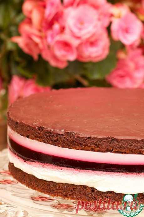 Торт шоколадный с прослойкой из сливок и смородины.
