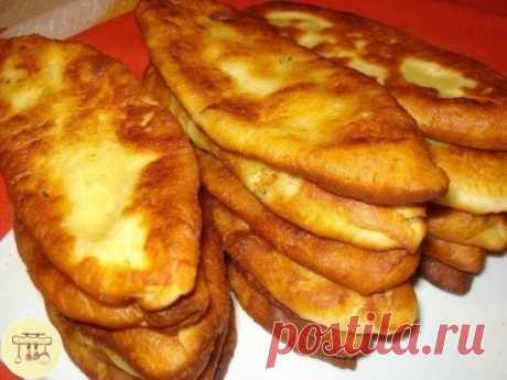 Нежнейшие тонкие пирожки с картошкой Пирожки из моего детства! Тесто получается тонкое, нежное, мягенькое и в сочетании с вкуснейшей картофельной начинкой, просто объедение!!! Ингредиенты: Для теста: картофельный отвар (теплый) - 1 ст. дрожжи сухие - 1 ч. л. сахар - 1 ст. л. соль - 0,5 ч. л. мука - 2,5 ст. Для начинки: картофель (средний) - 6-7 шт. лук репчатый - 2-3 шт. сливочное масло - 50 гр. Соль, молотый черный перец - по вкусу Масло растительное - для жарки Приготовле