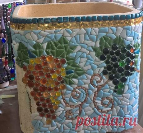 Мозаика на вазоне с виноградом из стеклянных кабошонов.