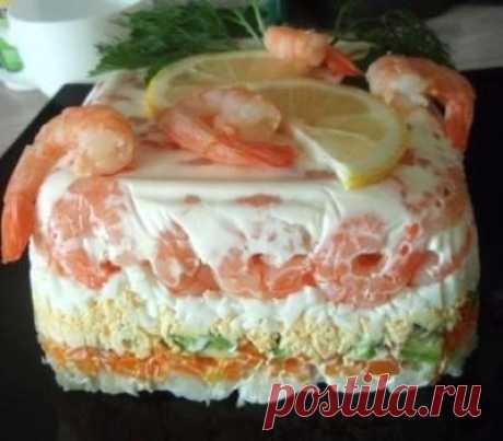 Фитнес-салат с креветками и авокадо  Ингредиенты: креветки 500 г морковь 1 шт. авокадо 0,5 шт. яйца 3 шт. соль, желатин 2 ч. л. йогурт натуральный 70 г зелень, лимон, креветки для украшения   Приготовление: Креветки отварить 3 минуты,с добавлением приправы для морепродуктов,соли,лаврового листа и перца горошком.Остудить и очистить Желатин залить холодной водой и оставить набухать,далее растворить его на водяной бане,хорошо размешать. Остудить. Соединить йогурт и желатин, п...