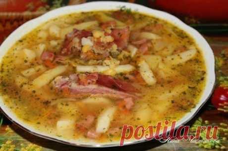 De guisante nutritivo, espeso, concentrado supchik con los víveres curados al humo
