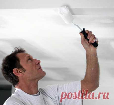 Побелка потолка своими руками Давно канули в лету потолки, выбеленные популярной когда-то известью и побелкой, уступая место современным водоэмульсионным краскам. Нас уже не удовлетворяет что потолок и стены уже не маркие — нам хочется побелить потолок более качественно. В этой статье мы рассмотрим как правильно выполняется побелка потолка своими руками.