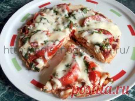 Овсяная ПП пицца на сковороде Диетическая ПП пицца из теста на основе овсянки готовится на сковороде, просто и быстро, из всегда имеющихся под рукой продуктов. Это быстрый рецепт домашней пиццы.