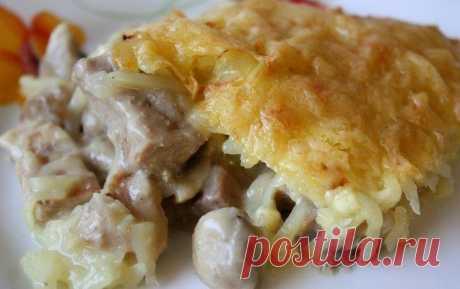Курица с грибами, запечённая под картошкой.