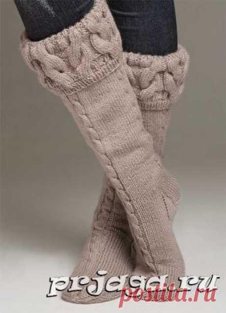 Теплые носки спицами, выполнены косами
