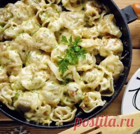 Los pelmeni frito bajo el queso\u000a¡La combinación excelente se prepara muy simplemente!