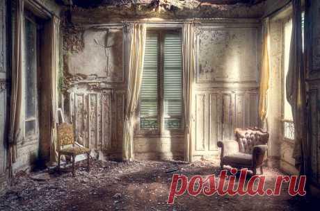 Таинственная красота заброшенных зданий Заброшенные здания привлекают ореолом таинственности и зачастую доступностью. За каждой разбитой люстрой, запыленным зеркалом и заржавевшей ванной чувствуется какая-то история, даже мистика. И даже если это просто игра воображения, она заставляет сердце биться чаще.