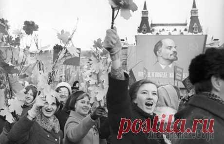 За что в СССР попадали в тюрьму: правонарушения из советского Уголовного кодекса Во времена Советского Союза людей должна была сплотить единая цель – строительство коммунизма. Об этом говорилось по радио и телевидению, газеты пестрели оптимистичными заголовками, а в школах и трудо...