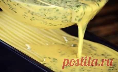 Высыпаем макароны в форму и заливаем яйцом