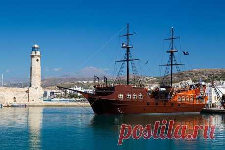 Пиратский корабль в гавани,    ---   Pirate Ship In Harbor  Free Stock Photo HD - Public Domain Pictures