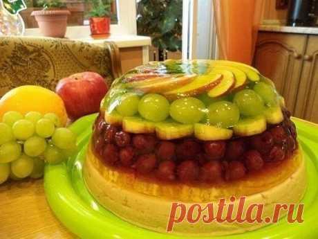 Желейный торт с фруктами Татьяна Зубченко Этот торт может стать украшением любого праздничного стола, к тому же он необычайно вкусен, малокалорийный и богат витаминами. А вот рецепт и процесс приготовления предельно прост. Прежде всего, нам понадобятся свежие или замороженные фрукты — это могут быть: клубника, малина, виноград, персики, апельсины, бананы и любые другие фрукты и ягоды на ваш вкус. Можно также использовать консервированные фрукты. Исключение составляют тольк...