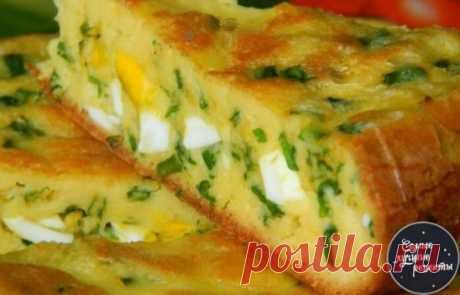 Пирог с яйцами и зеленым луком! Нет ничего более домашнего и вкусного, чем пироги с яйцами и зеленым луком. В сезон свежей зелени предлагаю приготовить не только вкусный, но и полезный пирог с зеленым луком и яйцами. Да с горячим бульоном или супчиком! Песня, да и только! А можно и просто так, тоже очень даже неплохо. Попробуйте! Нам понадобится: Яйцо (4 в тесто, 6 сварить в начинку) — 10 шт Соль — 1/2 ч. л. Мука — 7 ст. л. Сода — 1/2 ч. л. Сметана — 200 г Майонез — 1 ст. л. Лук зеленый (боль
