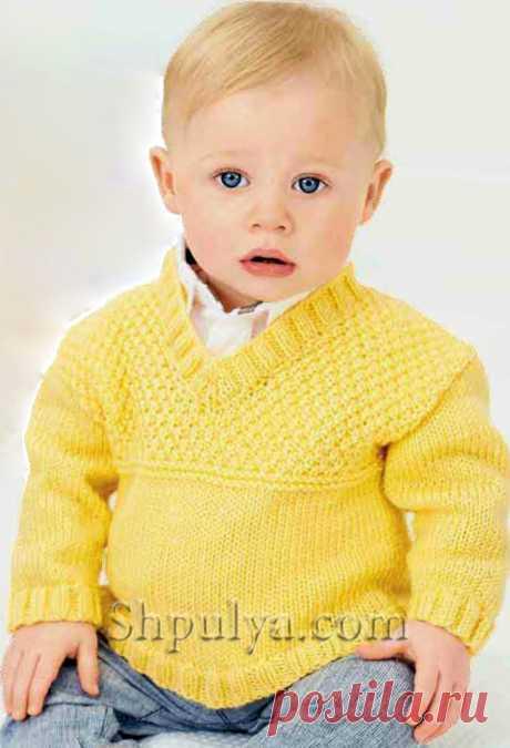 El pulóver amarillo tejido para el muchacho