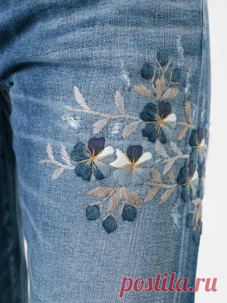 Идеи вышивки по джинсовой ткани Обновить джинсы, джинсовые шорты, рубашку, жилетку можно при помощи обыкновенной вышивки. Необязательно выбирать сложный узор или использовать трафарет: достаточно подобрать простой рисунок и вышить его по джинсовой ткани нитками понравившегося цвета.